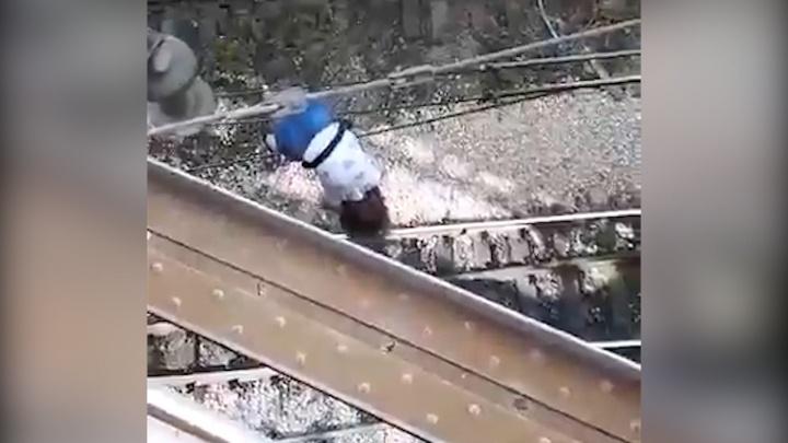 «Не шевелись!»: самарцы сняли на видео падение девочки с ж/д моста на провода в Запанском