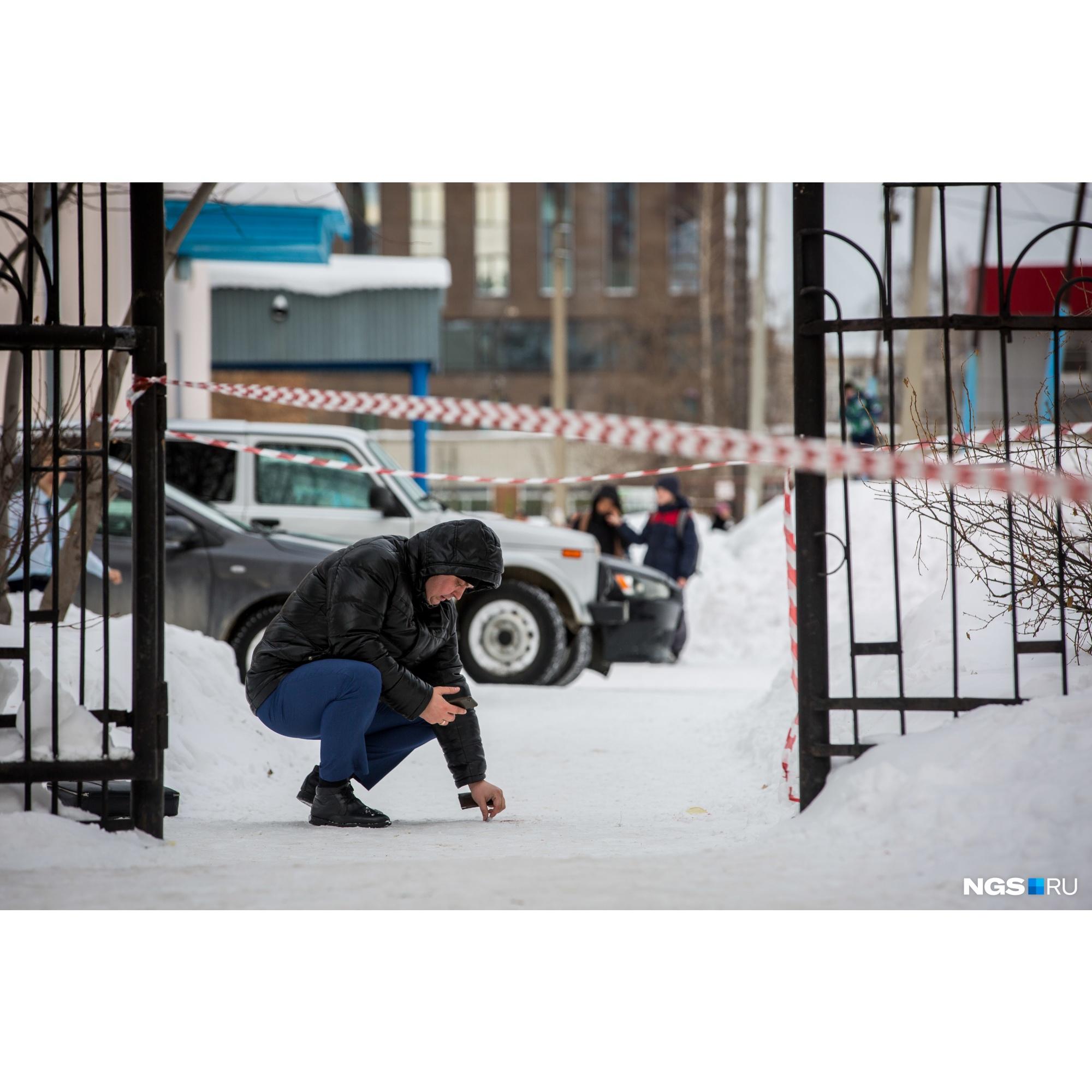 Оперативники оцепили территорию у входа в школу