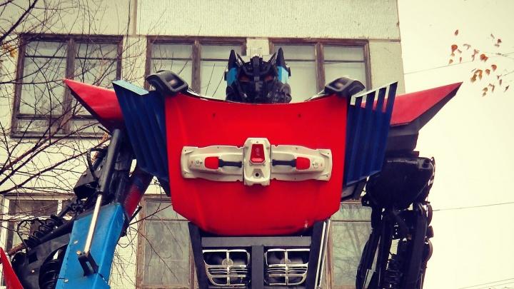 Армия Маслякова. У новосибирца необычное хобби — он расставляет по городу огромных роботов