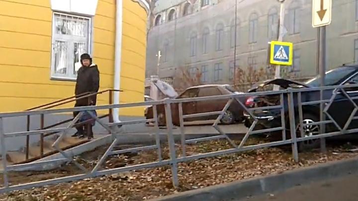 «Снесли ограждения и вылетели на тротуар»: в центре Самары разбились Nissan и «Приора»