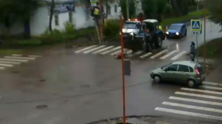 В Башкирии трактор ударил ковшом по голове женщину, переходившую через дорогу. Момент попал на видео