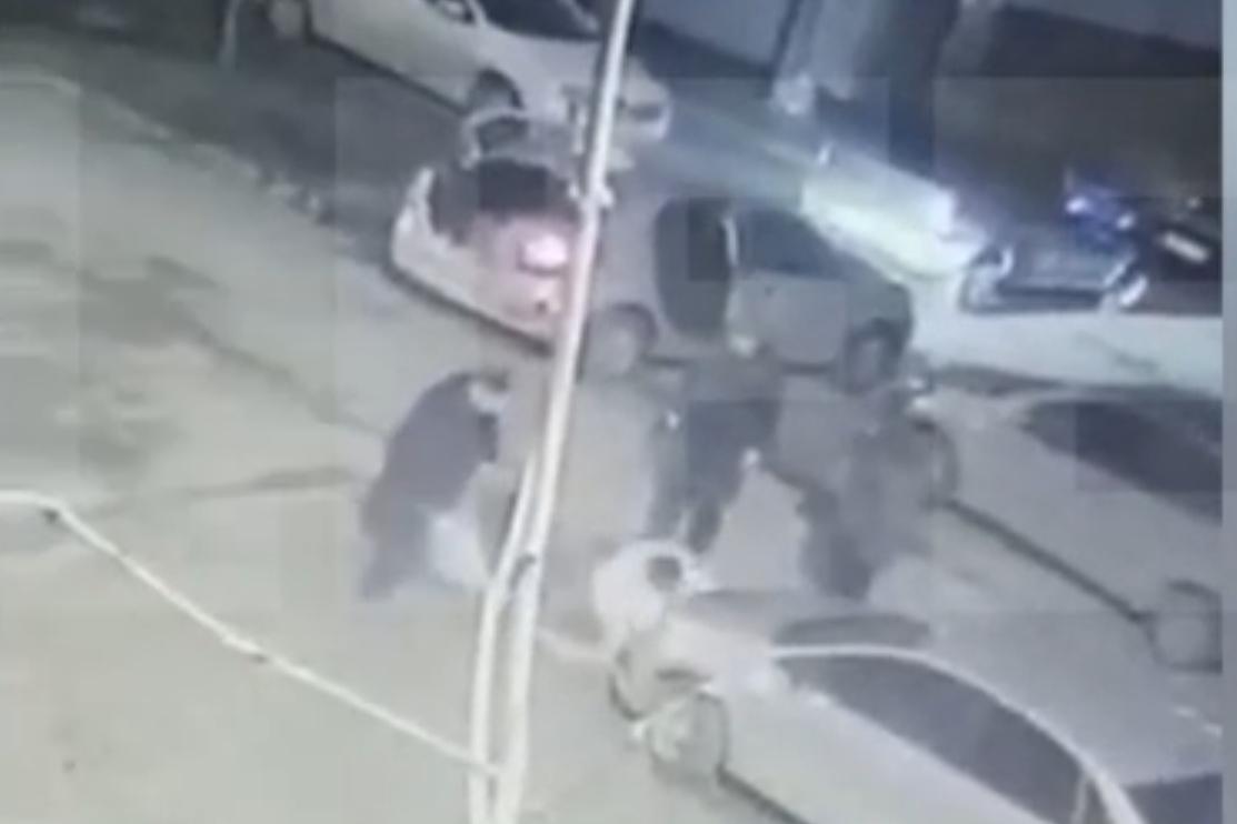 Мужчина упал на асфальт, после чего ему нанесли несколько жёстких ударов