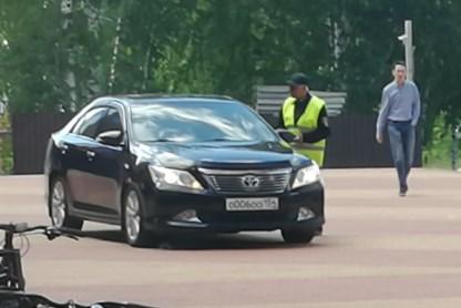 «Я паркуюсь как чудак»: чиновничьи Camry OOO на тротуарах Академа