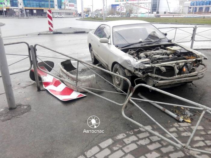 Toyota снесла пешеходные ограждения на площади Маркса