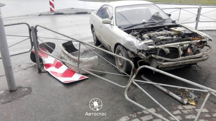 Девушка на «Тойоте» протаранила машину ДПС и вылетела на тротуар