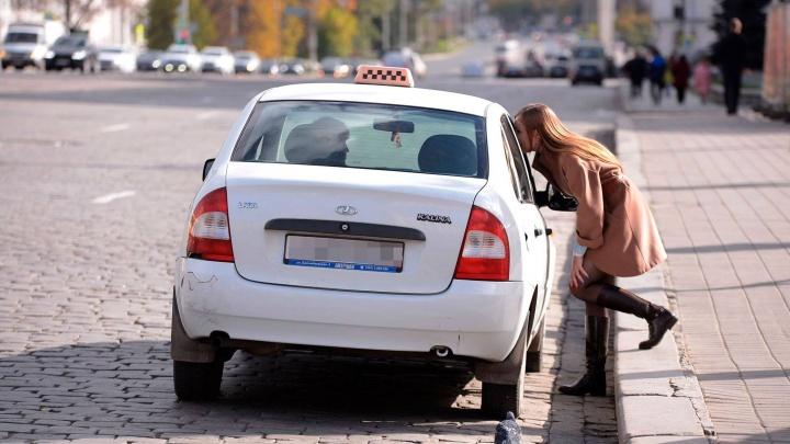 Нарушил правила сервиса: водителя, который угрожал екатеринбурженке, выгнали из такси «Максим»