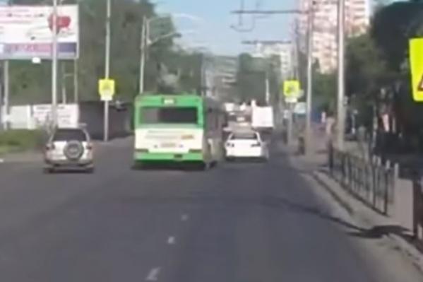 Все произошло вчера утром на пустынной улице Копылова