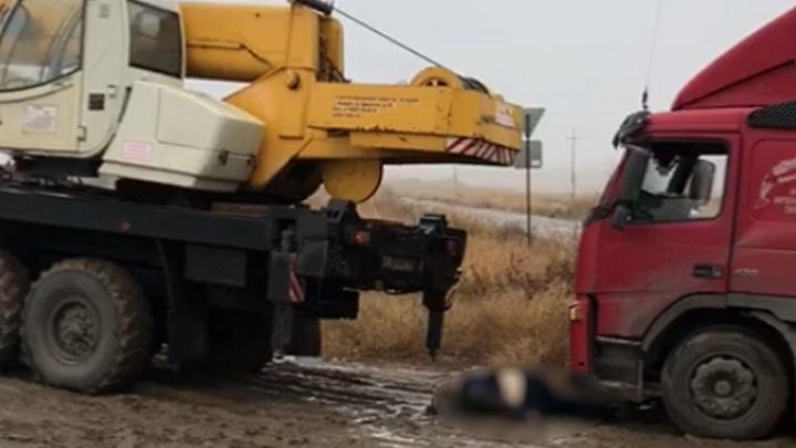 Жуткое стечение обстоятельств: в Волгограде водитель застрявшей в грязи фуры погиб под автокраном