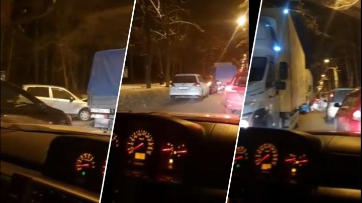 Mazda Demio столкнулась с грузовой «Газелью» на Пирогова— на узкой улице собралась пробка