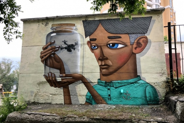 Одна из работ фестиваля — «Наблюдение», художник Kislow, ул. Некрасова, 14