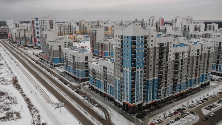 Родителей детей из «резиновых» школ Екатеринбурга заверили, что им не нужно скидываться на парты