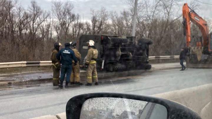На Октябрьском мосту перевернулся грузовик — к нему подогнали экскаватор с цепями