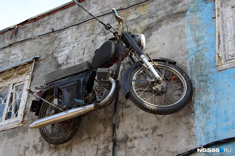 Над входом в гараж Михаила висит мотоцикл