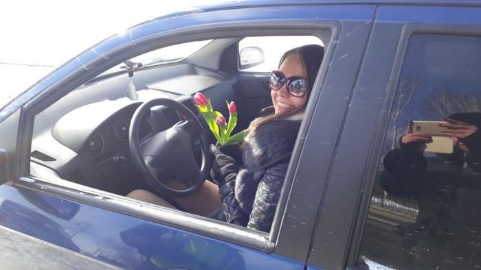 Автоинспекторы подарили женщинам-водителям полтысячи тюльпанов