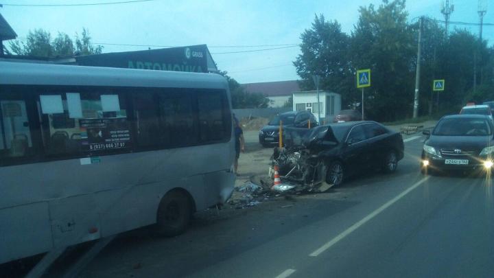 «Морда» всмятку: в Самаре легковушка «догнала» автобус