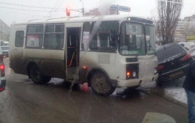 В Уфе пассажирский автобус на встречке протаранил легковушку
