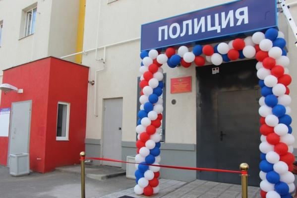 Вход в здание украсили разноцветными шарами в цвет российского триколора