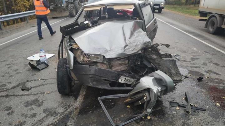 Снесло половину легковушки: три человека пострадали в аварии с грузовиком на тюменской трассе