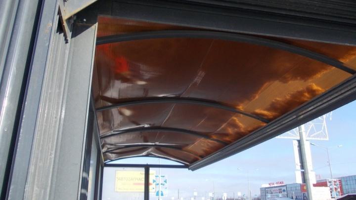 Крышу автобусной остановки на Московском шоссе продавило снегом