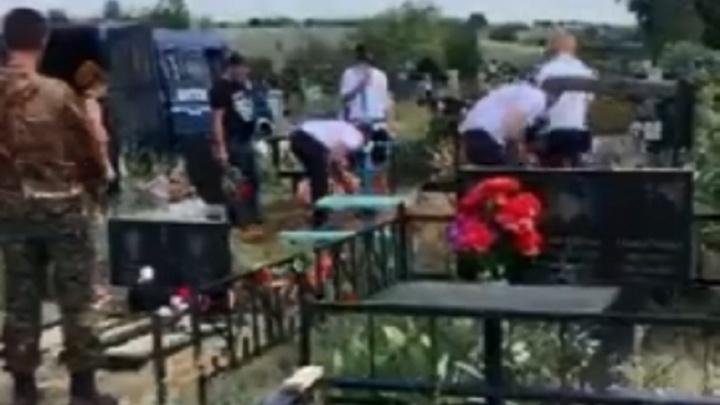 «На месте двух могил»: в Волгограде братки отодвинули сторожа кладбища и прикопали свежий труп
