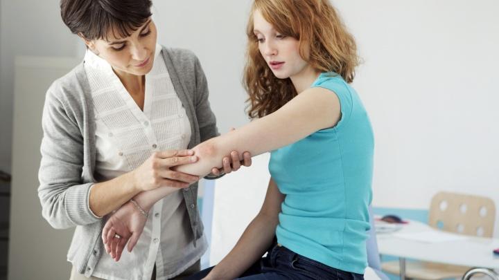 Пять мифов о псориазе: к чему приводят попытки справиться с неприятной болячкой самостоятельно