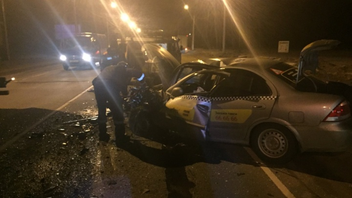 На выезде из Ярославля такси столкнулось с легковушкой: погиб человек