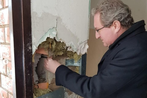 Стена в подъезде дома для сирот разваливается на кусочки