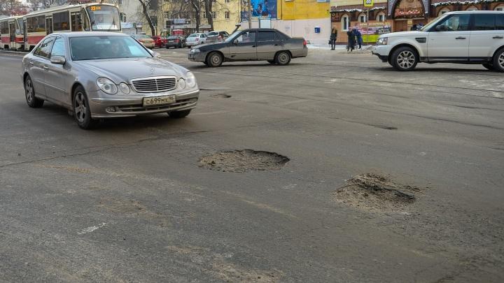 Куда жаловаться на всё: что делать екатеринбуржцу, если во дворе или на дороге огромные ямы