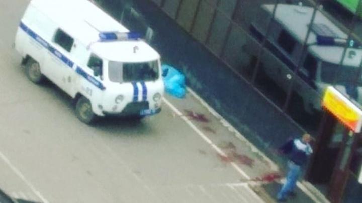 «Стал кашлять кровью и упал»: в Норильске мужчина умер у входа в магазин