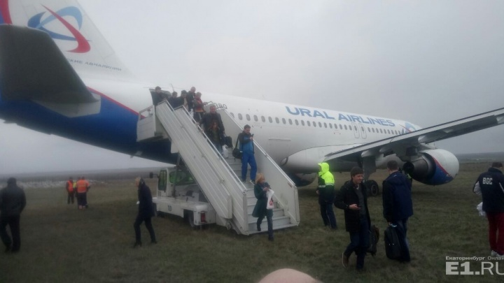 """Пилот """"Уральских авиалиний"""" специально вывез самолёт за пределы полосы в Симферополе"""
