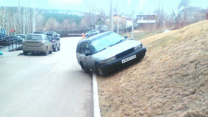 В Красноярске вводят штрафы за парковку на газонах