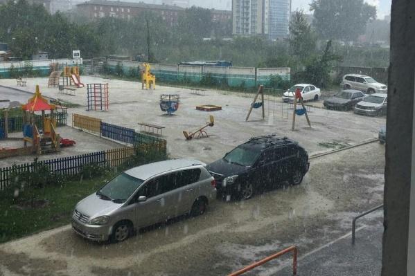 Ливень затопил двор на ул. Тихвинской за пл. Станиславского в Новосибирске