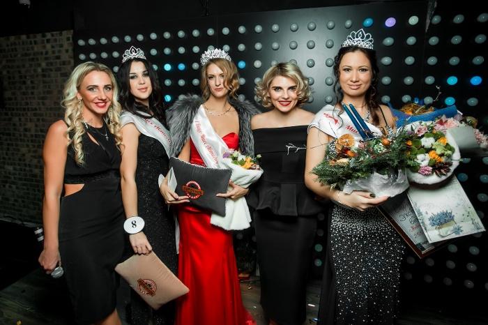 Тройка победительниц с организаторами конкурса: «Мисс Автоледи —2017» Елена Антонова в красном платье, но с перепутанной лентой