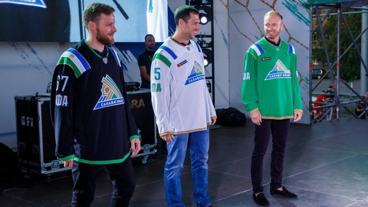 Флаги на плечах и цветок курая: «Салават Юлаев» показал новую форму своих хоккеистов