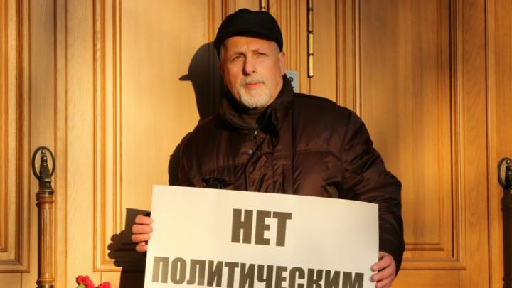 Задержанный пенсионер из Архангельска избежал наказания за одиночный пикет против репрессий у ФСБ