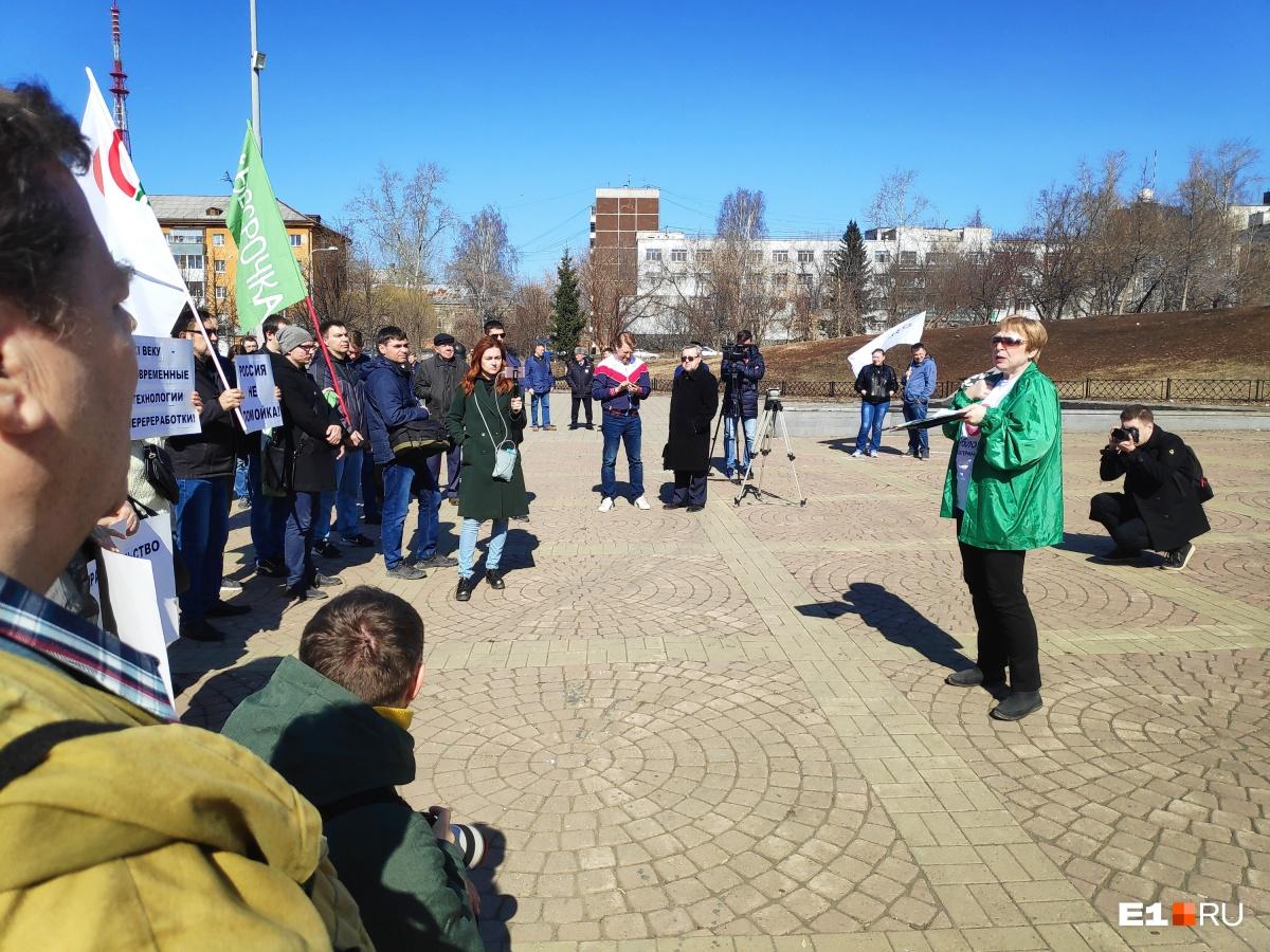 На акцию против мусорной реформы в Екатеринбурге вышли всего лишь полсотни человек