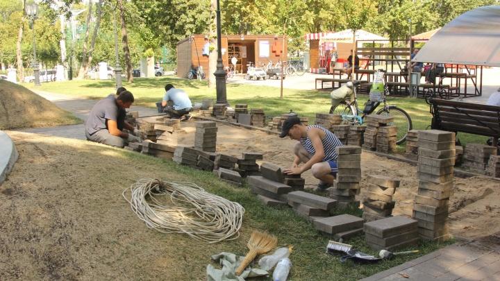 Провалившуюся плитку в Струковском саду поменяют в течение недели