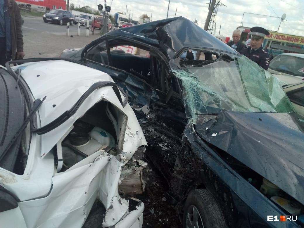 «У водителя случился приступ»: на Тюменском тракте ВАЗ на скорости протаранил четыре автомобиля