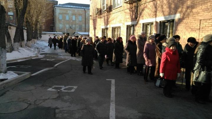 Сотни красноярцев выстроились в огромную очередь за бесплатной газетой