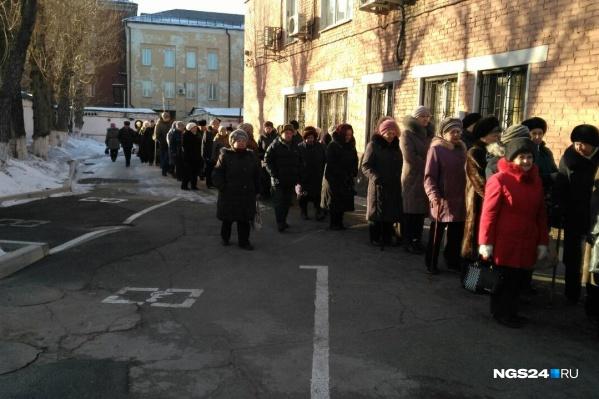 Красноярцы пришли, чтобы получить бесплатную городскую газету