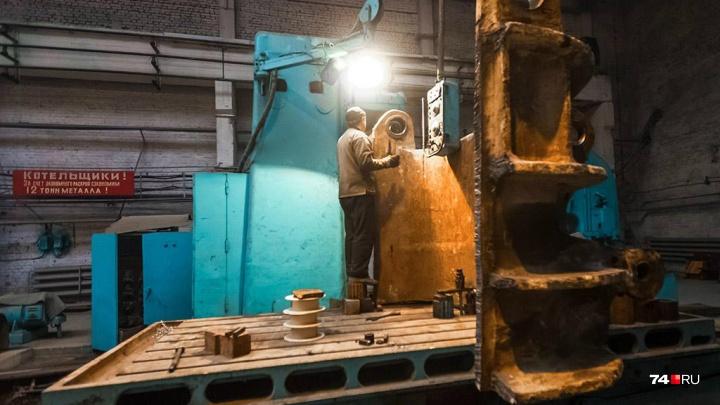 «Оплошность исполнителя»: на заводе в Челябинской области рабочего придавило металлической балкой