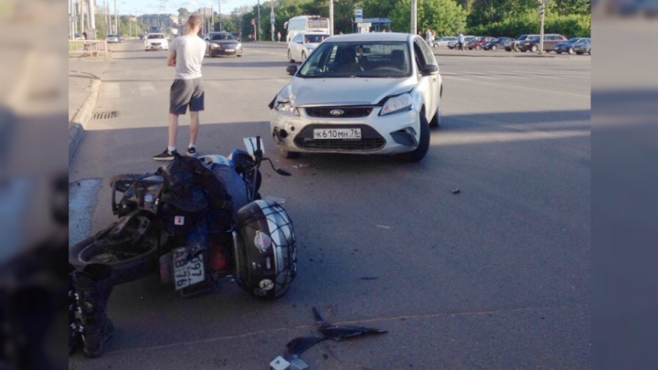 «Экипировка спасла ему жизнь!»: в Рыбинске мотоцикл столкнулся с «Фордом»