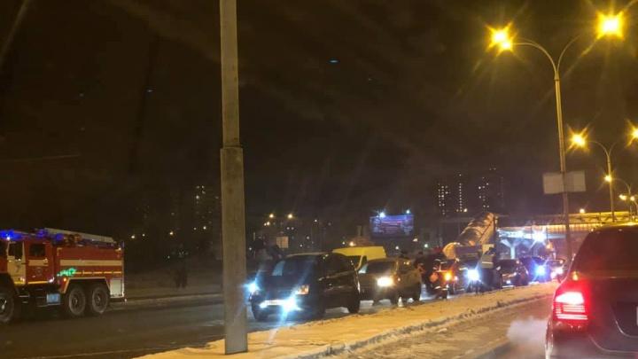 На улице Бебеля растянулся паровозик из 5 машин