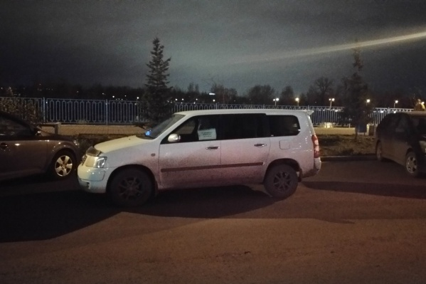 Водитель припарковался так, что занял сразу два места