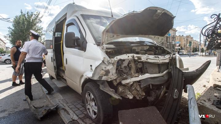 Опубликовано видео аварии с маршруткой на самом злополучном перекрестке в центре Волгограда
