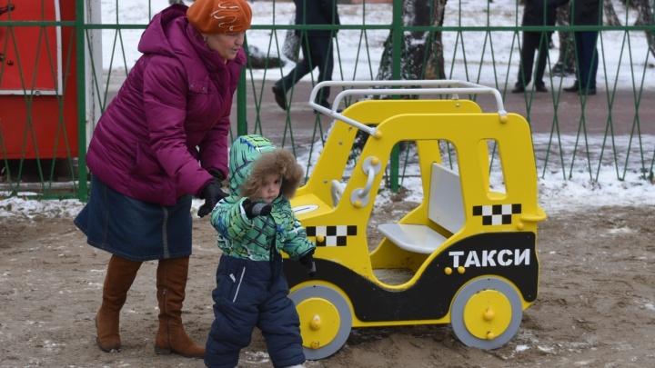 На «Московке-2» установили новую площадку на месте детского комплекса фонда модели Водяновой