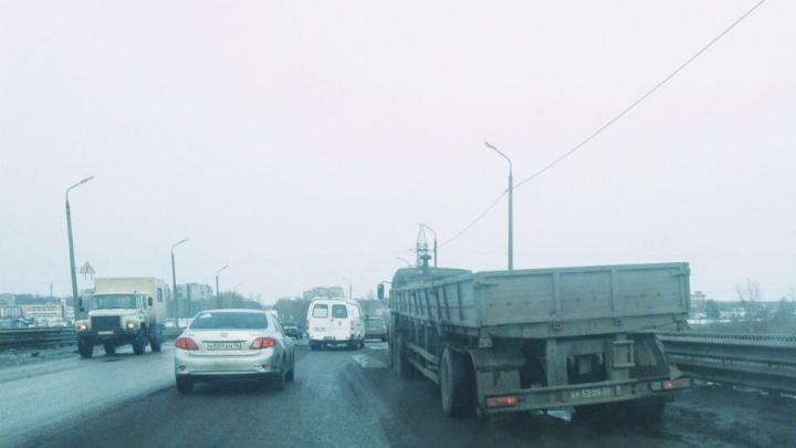 На самой жуткой дороге в Ярославле оторвало колесо фуре