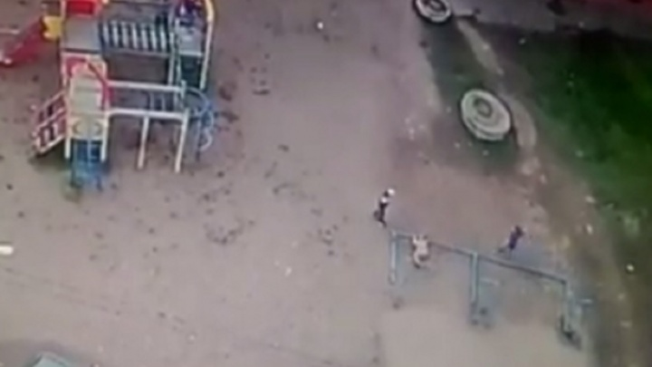 Следователи Башкирии выяснят, почему металлический столб упал на ребенка
