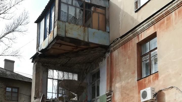 «Мы остались с повисшим в воздухе балконом»: обвалившийся в Волгограде дом продолжает рушиться