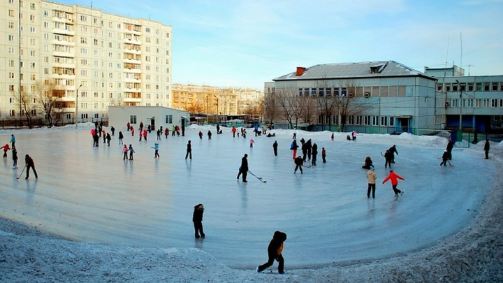 В Красноярске начинают заливать катки во дворах. Найди на карте свой